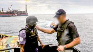 Kidnappauksista on Afrikassa tullut liiketoimintaa. Väkivaltaiset merirosvoryhmät hyökkäävät öljynporauslautoille.