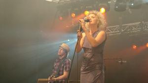 Jonna Tervomaa på scenen i Ruisrock år 2008.