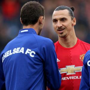 Zlatan Ibrahimovic hälsar på Chelseas Nemanja Matic.