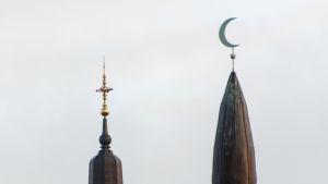 En kyrkspira och en moskéspira