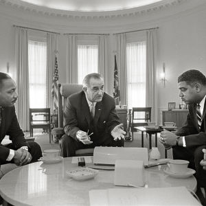 Martin Luther King Jr., Whitney Young ja James Farmer tapaamassa presidentti Lyndon Johnsonia vuonna 1964