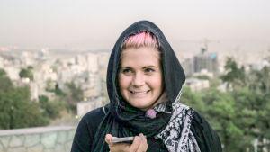 Line Elvåshagen försöker skaffa sig husrum i Teheran med hjälp av sociala medier.
