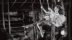 Solveig Dommartin on sirkustaiteilija Marion elokuvassa Berliinin taivaan alla