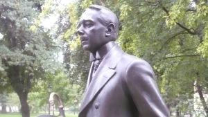 """""""Hjalmar Söderberg 1869-1941"""", Författaren möter besökaren till Kungliga biblioteket i Humlegården."""