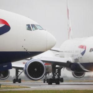 British Airways -flygplan på Heathrows flygplats i London.