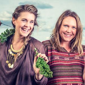 Programledarna för Vegorätt på en åker med grönsaker i händerna.