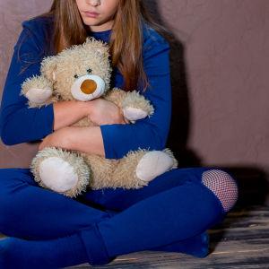 Teddybjörn i famn.
