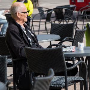 bild på en man som sitter