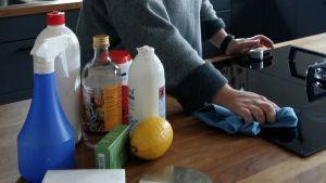 Citron och ättika fungerar bra som rengöringsmedel i hemmet.