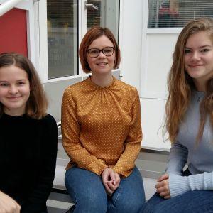 Elsa Sundholm, Minna Enroth och Ellen Bos i Borgaregatans skola i Vasa