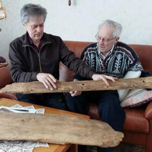 Mikael Herrgård granskar ett av båtens bord tillsammans med Stig Sundvik.
