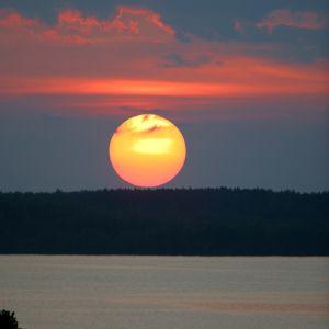 Auringonlasku järvimaisemassa