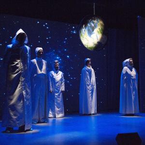 Foto från Lilla Teaterns revy Det ordnar sig, Sapiens!