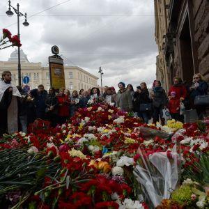 Invånarna i Sankt Petersburg sörjer de döda efter bombdådet i tunnelbanan.