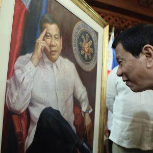 Filippinernas president Rodrigo Duterte beundrade ett porträtt av sig själv i början av december 2017.