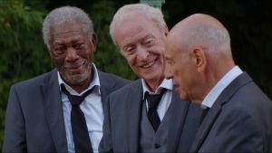 Kostymklädda Joe, Albert och Willie glada tillsammans.