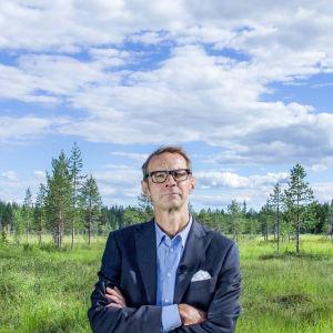Suomi on suomalainen -sarjan juontaja Juhani Seppänen Peräpohjolan kesässä, suolla.
