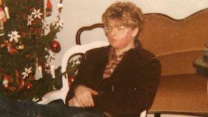 bild på en ung 14-årig Robert Harling, kinderna röda av inflammation förorsakad av akne. 1970-tal, suddig bild, julgran i bakgrunden.