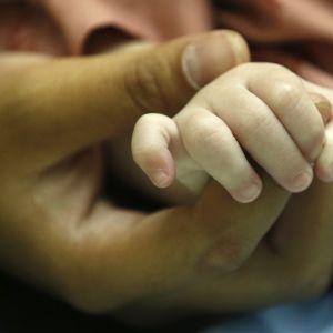 Sydostasiatiska länder som Kambodja och Thailand försöker motarbeta människohandel som verksamheten med surrogatmammor. Detta thailändska barn skulle säljas till Taiwan