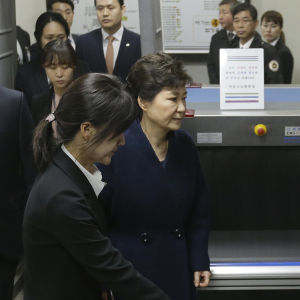Park Geun-Hye utanför domstolen i Seoul