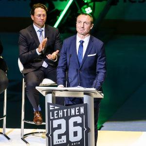 Jere Lehtinen på tröjhissningsceremonin i Dallas.