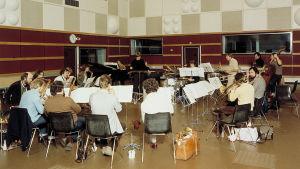 Kuva 1.10.1979. M1 otettiin käyttöön vuonna 1979 ja UMO (Uuden musiikin orkesteri) on harjoittelemassa Kari Kompan musiikkia. Kapellimestarina Heikki Sarmanto. EBU:n jazzkonsertin harjoitukset.