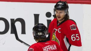 Mike Hoffman och Erik Karlsson på isen.