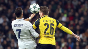 Cristiano Ronald och Lukasz Piszczek i kamp om bollen.