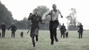 Hannah (Alice Dwyer)ja Tomasz (Mateusz Damięcki) pakenevat saksalaisia elokuvassa Menetetty aika