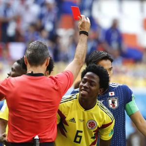 Carlos Sanchez får rött kort.