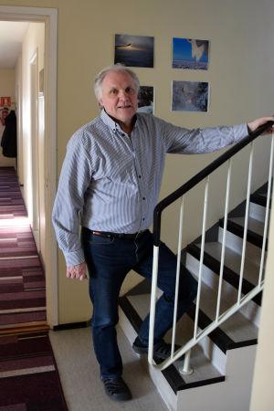 Pixneklinikens föreståndare Tore Lund är på väg upp för en trappa.