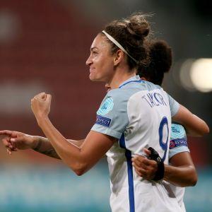 Jodie Taylor gjorde hattrick då England krossade Skottland med 6-0.