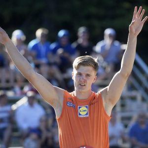 Oliver Helander sträcker armarna i luften