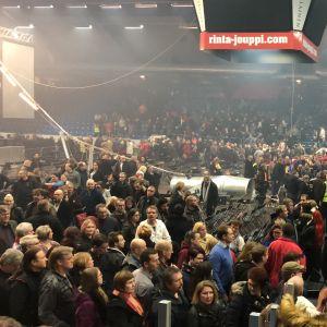 Inne i Vasa arena, stolar har fallit efter att ventilationssystemet fallit ner under en konsert.