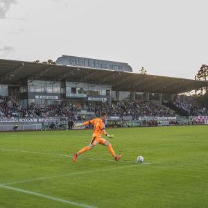 Match pågår i Idrottsparken i Mariehamn.