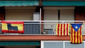 Spaniens och Kataloniens flaggor sida vid sida inför regionalvalet i Katalonien.