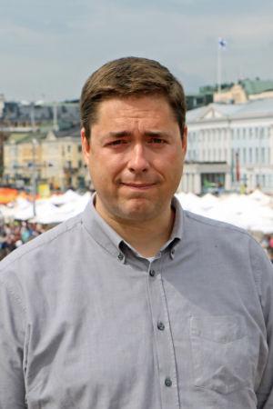 David Mac Dougall poserar med Salutorget i bakgrunden.