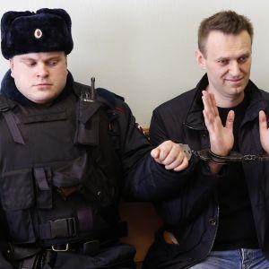 Oppositionsledaren Aleksej Navalnyj i handklovar under en domstolsbehandling i Moskva i mars 2017