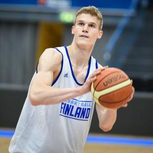 Lauri Markkanen under en träning med basketlandslaget.