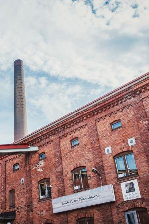 Den tegelstensklädda fasaden till kulturcentret Taideruukki i Kuusankoski.