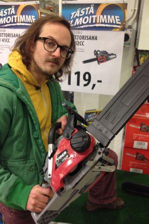"""Mathias Nystrand hittar en motorsåg för 119 euro i bybutiken. Man kunde kanske kalla det """"engångsmotorsåg""""."""