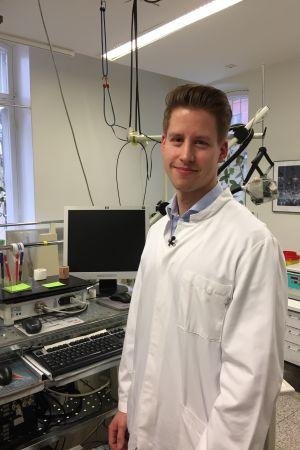Idrottsläkaren Klaus Köhler poserar i sin vita läkarrock.
