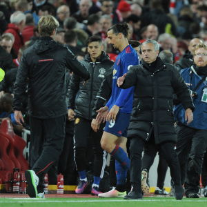 Mourinho och Klopp skakar tass.