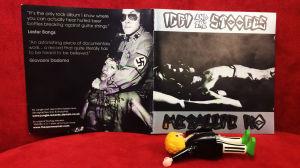 Iggy & The Stooges Metallic K.O. cd-konvolut med Rockpolisernas Playmobilgubbe.