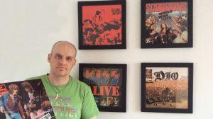 Lasse Grönroos med liveskivor på väggen