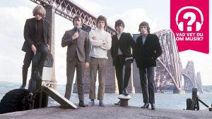 Rolling Stones 1967 med bro i bakgrunden och musiktestets logo