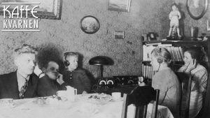 Svartvitt gammalt fotografi på barn och ungdomar som lyssnar på radio med hörlurar vid matbord