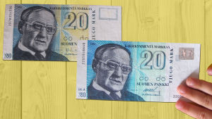Två 20 marks sedlar bredvid varandra