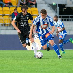 Mehmet Hetemaj och Filip Valencic kämpar om bollen.