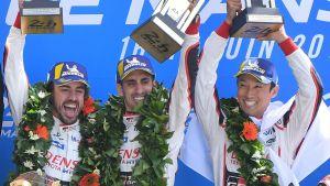 Fernando Alonso, med Sebastien Buemi och Kazuki Nakajima på prispallen.